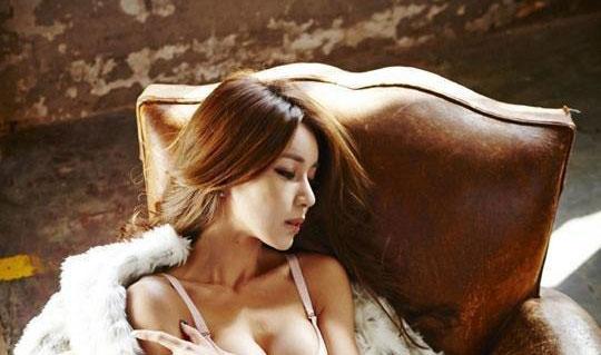 韩国最有人气车模扭蛮腰 秀G奶S型坐沙发