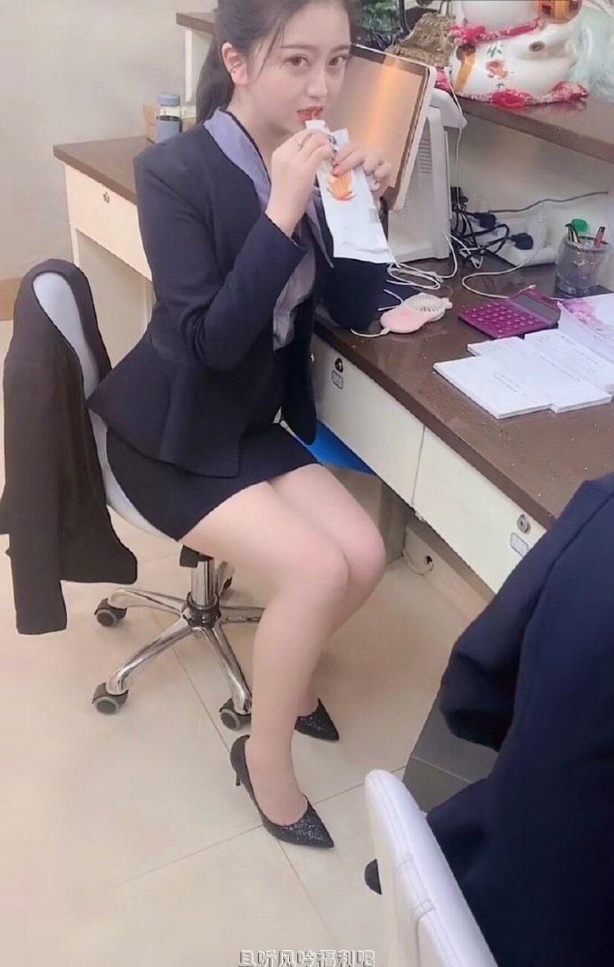 新来的漂亮女同事特别爱吃辣条